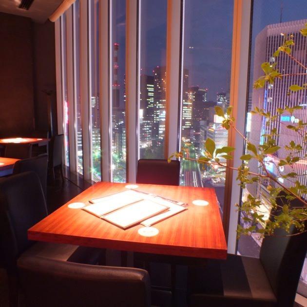夜景を見下ろせる窓側テーブル席